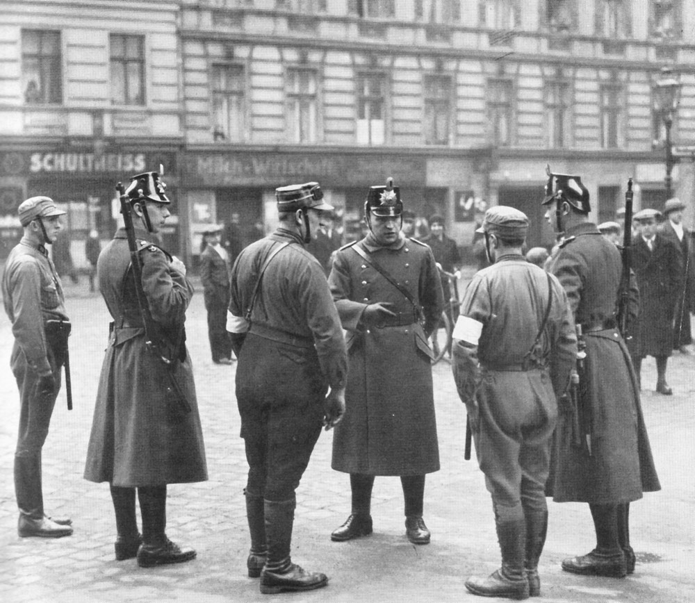 SA auxiliary police and regular police during a joint operation. Hans Roden, Polizei greift ein: Bilddokumente der Schutzpolizei, 1934.